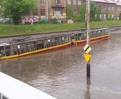 Zalane ulice, podtopione tramwaje. Nad Polską przechodzą burze