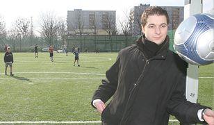 Patryk Jaki jeszcze jako radny w 2008 roku na boisku w Opolu