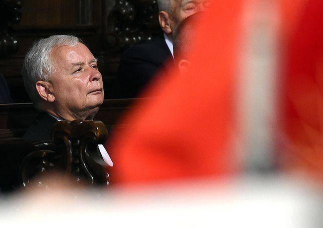 Jarosław Kaczyński podczas mszy świętej w warszawskiej archikatedrze św. Jana Chrzciciela, odprawionej w intencji ofiar katastrofy samolotu prezydenckiego pod Smoleńskiem 10 sierpnia 2017 r.