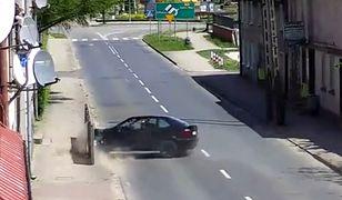 #dziejesiewmoto: kierujący BMW traci kontrolę i uderza w budynki stojace przy ulicy
