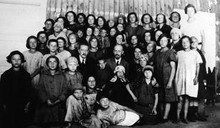 Janusz Korczak ze swoimi podopiecznymi z Domu Sierot