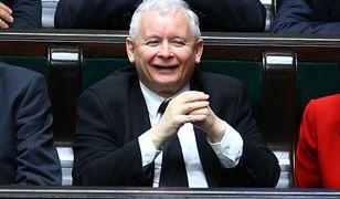 Rozbawiony Jarosław Kaczyński w Sejmie