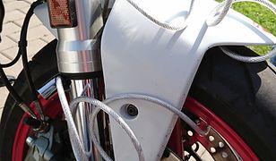 Stalowa linka na kole motocykla