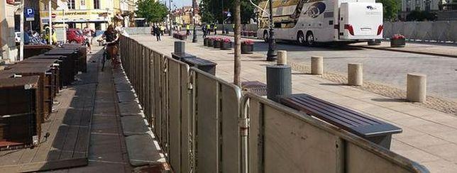 """Krakowskie Przedmieście zamieniło się w twierdzę. """"Kordony policji i barierki"""""""