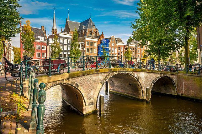 Most nad kanałem w Amsterdamie