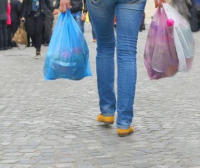 Zgonie z przepisami, opłata obejmie lekkie torby na zakupy z tworzywa sztucznego o grubości do 50 mikrometrów
