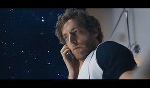 """Kadr z filmu """"Sunspring"""" w całości stworzonego przez sztuczną inteligencję"""