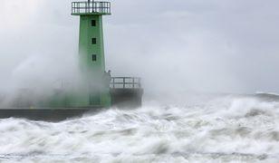 Latarnia morska w porcie we Władysławowie zalewana przez fale sztormowe na Bałtyku
