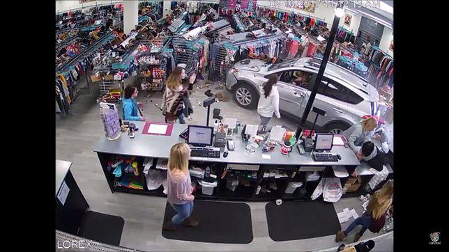 #dziejesiewmoto: kobieta wjeżdża do sklepu SUV-em