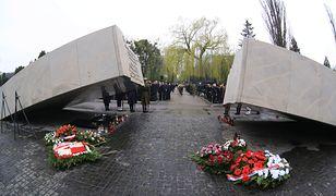 Pomnik Ofiar Katastrofy Lotniczej pod Smoleńskiem na Cmentarzu Wojskowym na Powązkach w Warszawie.