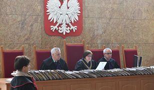 Sędzia odczytuje wyrok 6,5 roku pozbawienia wolności wobec Konrada M.