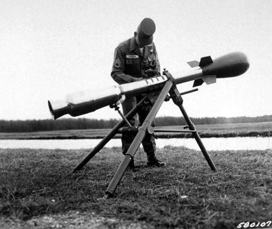 Wyrzutnia Davy Crockett uzbrojona w najmniejsze amerykańskie głowice jądrowe W54 o mocy od 10 do 20 ton TNT. Broń tego typu wycofano ze służby w latach 70. XX wieku.