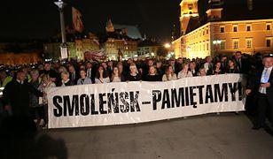 Uczestnicy wrześniowej miesięcznicy smoleńskiej w Warszawie