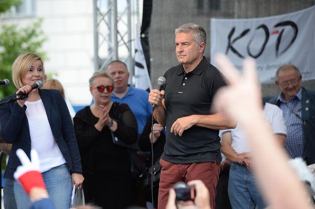 Władysław Frasyniuk na manifestacji przed Sejmem.