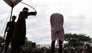 Chłosta za kontakty homoseksualne. Policja religijna w Indonezji wykonała karę publiczną
