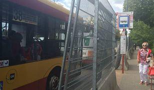 Absurdalny przystanek autobusowy na Pradze