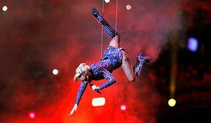 Lady Gaga skoczyła z dachu stadionu na Super Bowl! Niezapomniane widowisko
