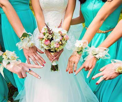 Panie, które założyły takie same sukienki na ślub koleżanki, nie są druhnami [zdj. ilustracyjne]