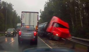 #dziejesiewmoto – ciężarówka przewraca się do rowu