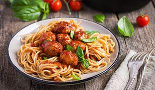 Przygotowanie makaronu po włosku wcale nie jest trudne. Wystarczy znać kilka prostych zasad, by makaronowe danie było idealne.