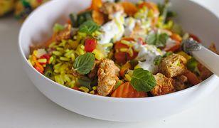 Orientalny kurczak z ryżem, warzywami, curry i miętą