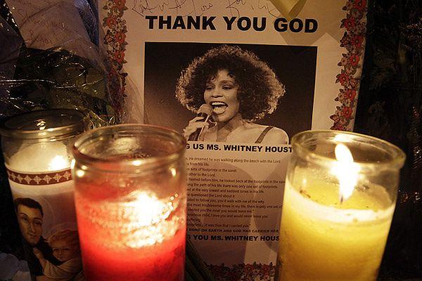 Znicze płoną przy portrecie Whitney Houston na ulicy Newark