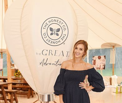 LOOK OF THE DAY: Jessica Alba w sukience The Great