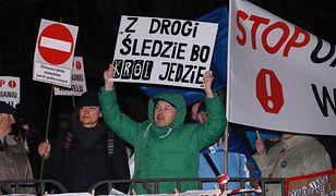 W marcową miesięcznicę pogrzebu pary prezydenckiej Lecha i Marii Kaczyńskich pod Wawelem zebrała się grupa protestujących.