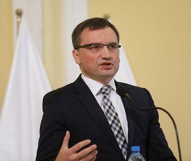 Minister sprawiedliwości i prokurator generalny podczas uroczystość wręczenia aktów mianowania dla asesorów sądowych