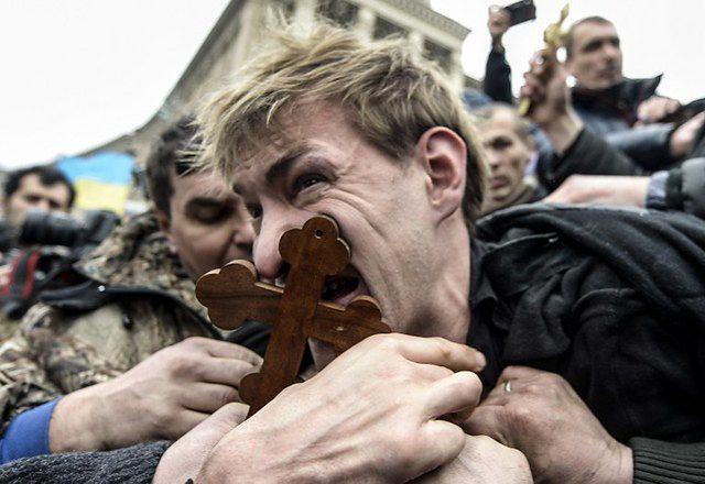 Protestujący na Majdanie złapali snajpera - zdjęcia