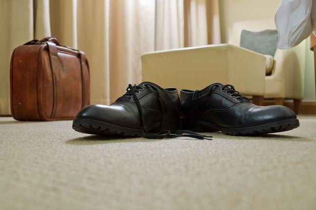 Zostawianie walizki na podłodze może okazać się niebezpieczne dla zdrowia.