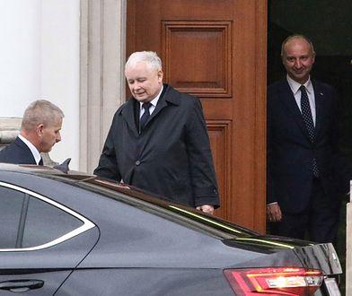 Jarosław Kaczyński wychodzi z Belwederu