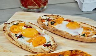 Pide z nadzieniem serowym, warzywami i jajkiem