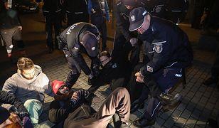 Policja usuwa protestujących sprzed siedziby Dyrekcji Generalnej Lasów Państwowych w Warszawie