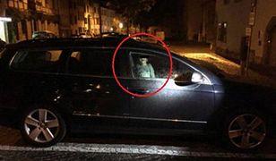 Matka zostawiła w nocy małe dziecko w samochodzie, aby wyjść ze znajomymi na drinka