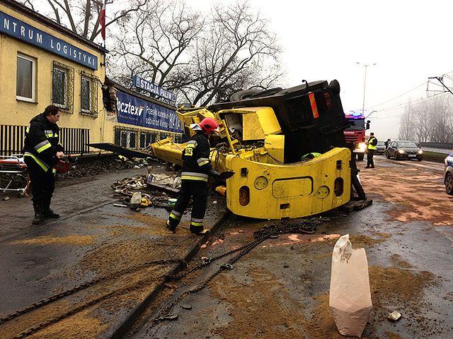 Dźwig uderzył w budynek, dramat kierowcy - zdjęcia