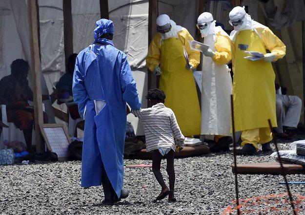 Pracownicy medyczni pomagają zakażonym wirusem ebola