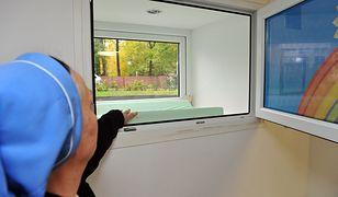 Dwójkę małych dzieci w oknie życia znalazły zakonnice