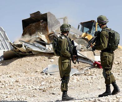 Izraelscy żołnierze podczas akcji burzenia domów Palestyńczyków na Zachodnim Brzegu.