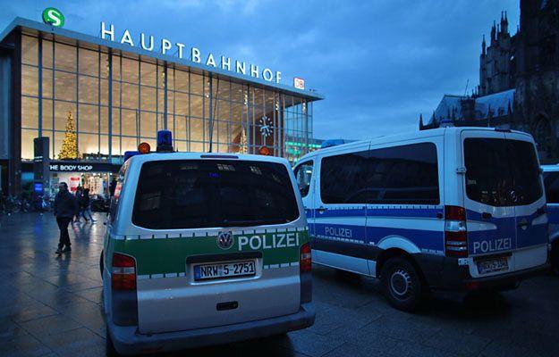 Policja przed dworcem w Kolonii