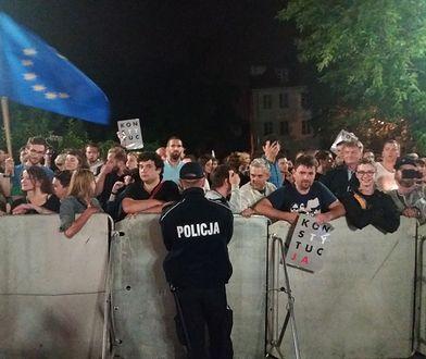 Protestujący przed Sejmem ws. zmian w wymiarze sprawiedliwości