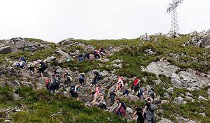 Jednym z najbardziej obleganych szczytów tatrzańskich był w tym sezonie Giewont. Często w kolejce do wejścia na szczyt stały tłumy