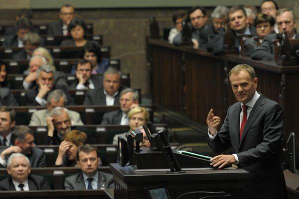 Premier Donald Tusk na mównicy sejmowej przed głosowaniem nad zmianami w emeryturach mundurowych