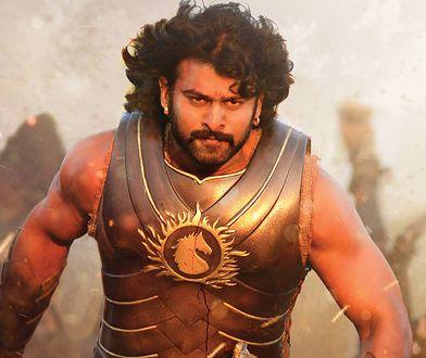 """Wąsy, mięśnie, kapiące złoto i CGI. Tak wygląda współczesne Bollywood. Kadr z filmu """"Baahubali 2: The Conclusion"""""""