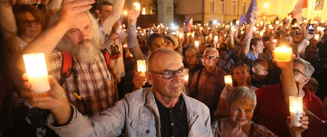 """Manifestacja """"Łańcuch światła"""" przed siedzibą Sądu Najwyższego w Warszawie"""