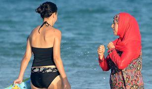 Kobieta w burkini na plaży w Bizercie w Tunezji