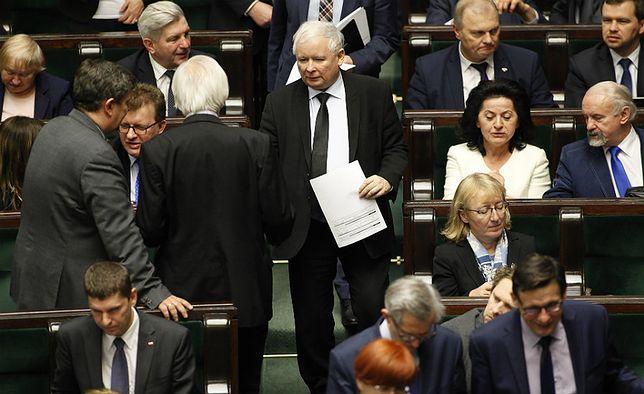 Najnowszy sondaż. Sławomir Sierakowski: Kaczyński będzie musiał podjąć trudną decyzję