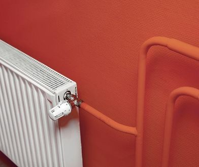 Jak ukryć biegnące po ścianie rury centralnego ogrzewania?