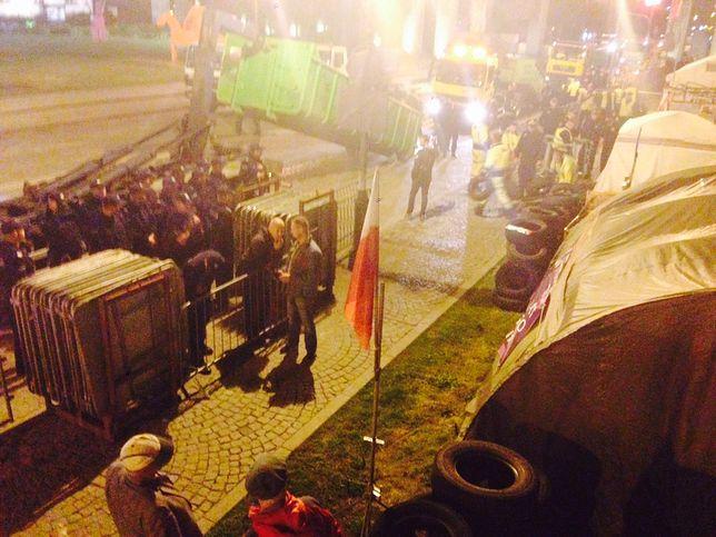 Nocna likwidacja obozowiska na placu Krasińskich.