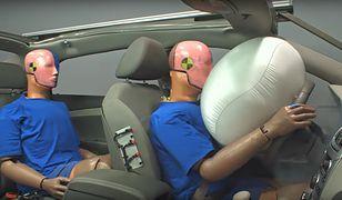 Stopklatka z symulacji zderzenia czołowego przy 56 km/h